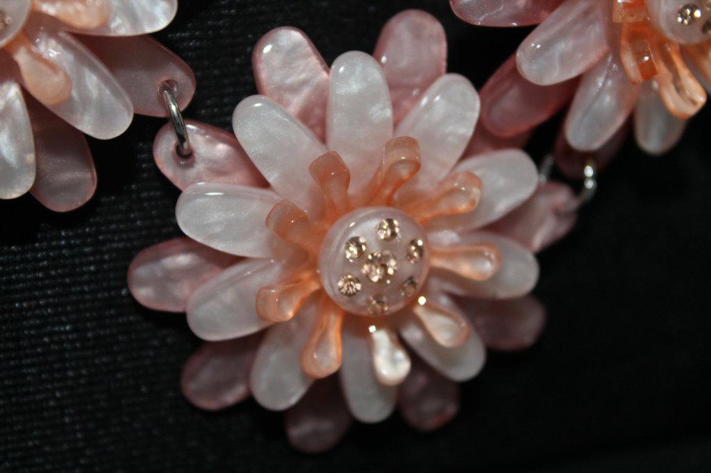 Collana girocollo con fiori in vetroresina e brillantini