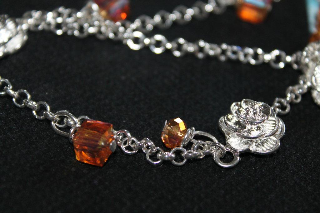 Collana molto lunga con roselline argento e cristalli swarowski