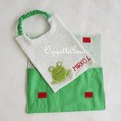 Bavaglio e sacchetti portabavagli fatti a mano a tema 'Rane allo stagno' per l'ingresso alla scuola materna del piccolo di casa