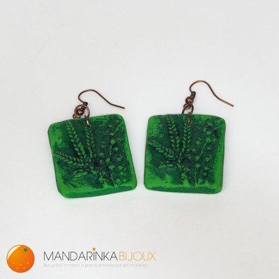 Orecchini verdi rettangolari con motivo floreale in rilievo in pasta polimerica Fimo