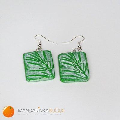 Orecchini verdi rettangolari con motivo floreale in rilievo. Realizzati a mano in pasta polimerica Fimo