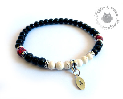 Bracciale con iniziale incisa e perle in pietre dure e vetro nero da 6mm