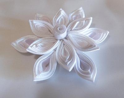 Fiore kanzashi per capelli colore bianco