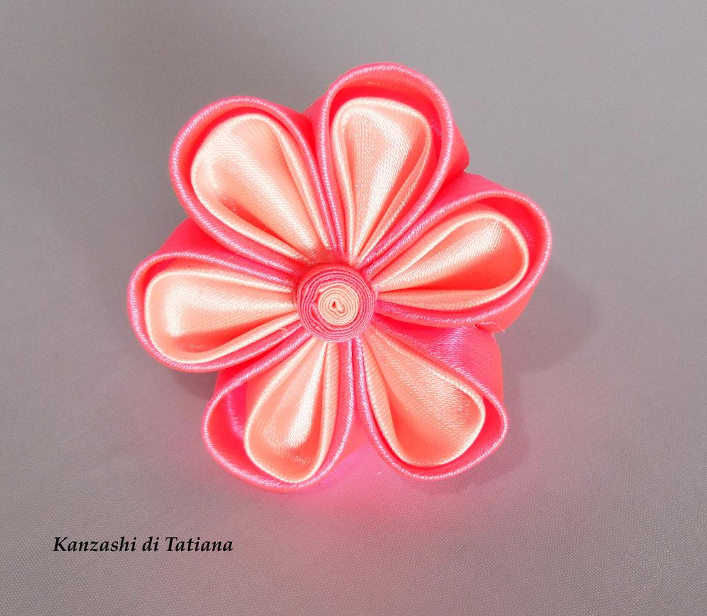 Elastico con fiore kanzashi colore rosa
