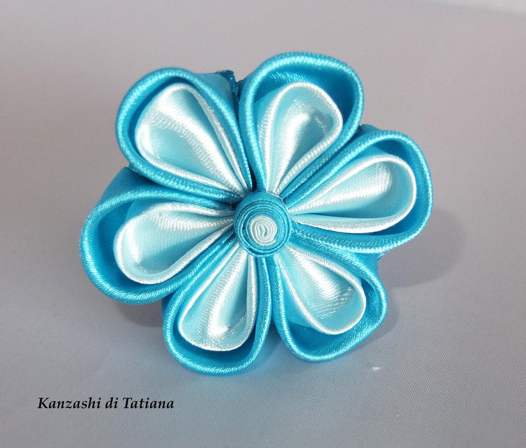 Elastico con fiore kanzashi colore azzurro