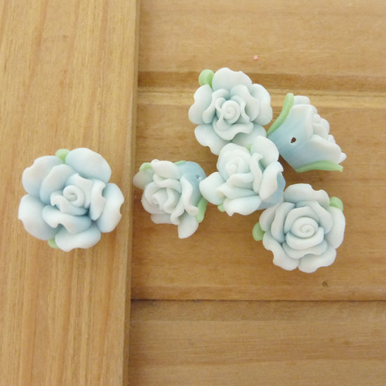 6 Rose in Fimo 15 mm perle col. celeste