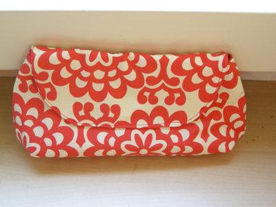 Pochette floreale bianca e rossa