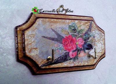 Appendino in legno a decoupage romantica rondine idee for Oggetti regalo