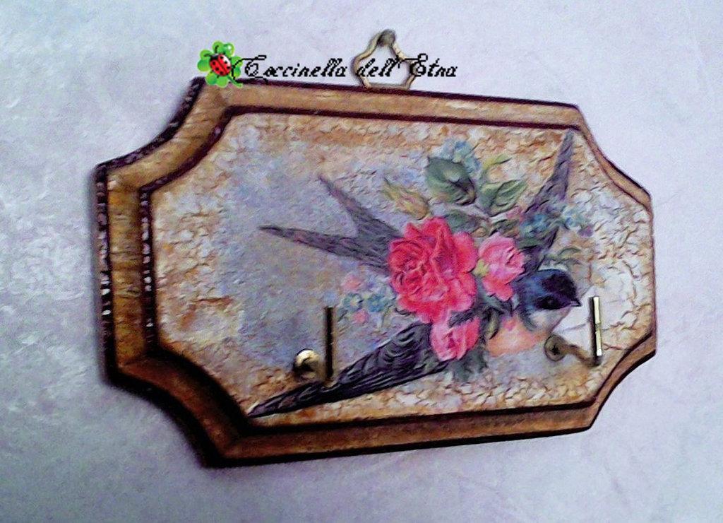 Appendino in legno a decoupage romantica rondine idee for Oggetti design regalo