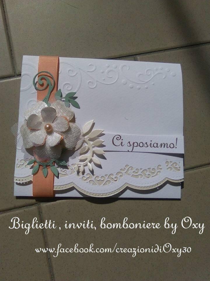 Partecipazione per Matrimonio decorato con un nastro color salmone e un tenero fiore.