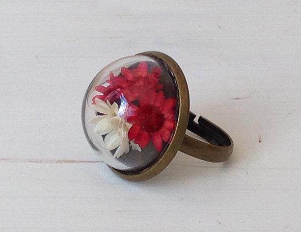 Anello con sfera di vetro e fiori