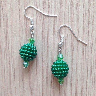 Orecchini pendenti corti con perline verdi fatti a mano