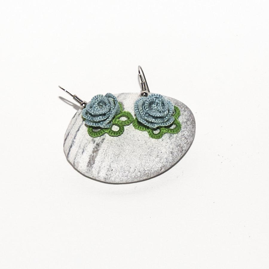 Orecchini al chiacchierino rose azzurri