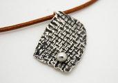 Pendente frammento di stoffa in puro argento con cordoncino in pelle marrone