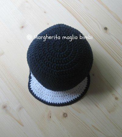 ... blu Cappellino bimbo con visiera lavorato all uncinetto in puro cotone  bianco ... dbbeb145350b