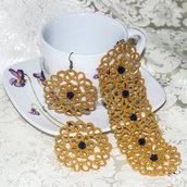 Coordinato bracciali e Orecchini realizzati a chiacchierino Senape con rosa blu scura