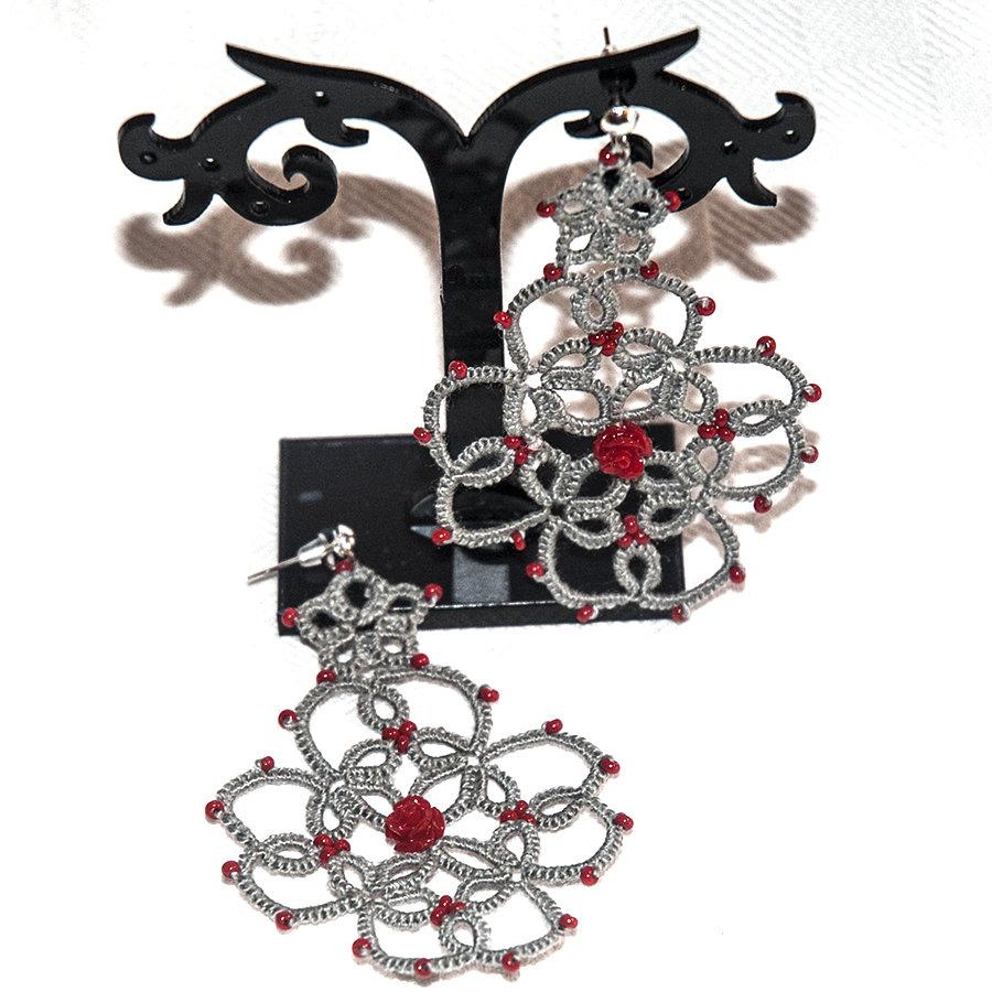 Orecchini realizzati a chiacchierino grigi con perline e rosa in resina