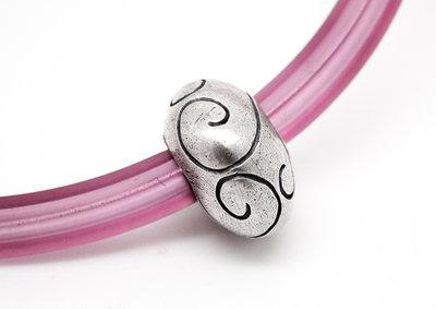 Palla ovale in puro argento con collare in PVC rosa
