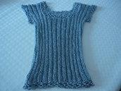 Fresca maglietta in filo e viscosa color grigio argento lavorata a ferri e rifinita a uncinetto
