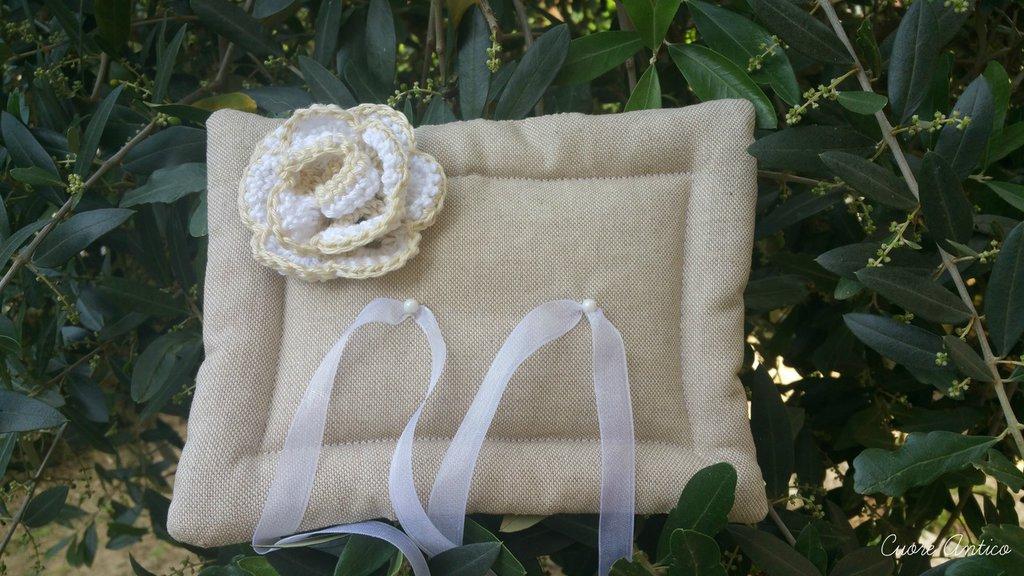 Cuscino portafedi  con rosellina all'uncinetto
