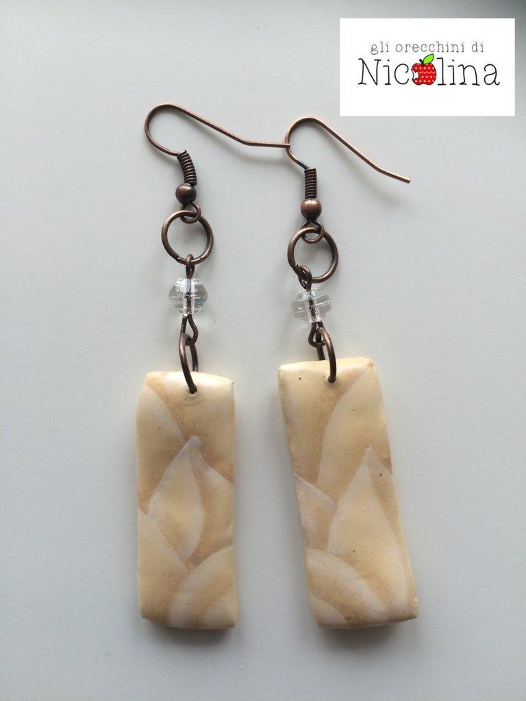 Orecchini Jungle beje rettangolari lunghi con perlina in vetro