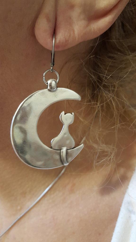 Orecchini in acciaio e zama con gatto sulla luna grandi