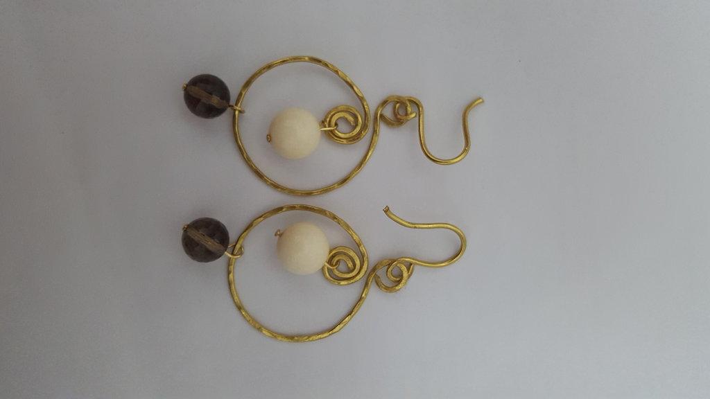 Orecchini in filo di ottone battuto con perle in quarzo fumè e avorio vegetale