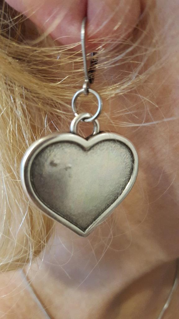 Orecchini in acciaio e zama con cuore pendente
