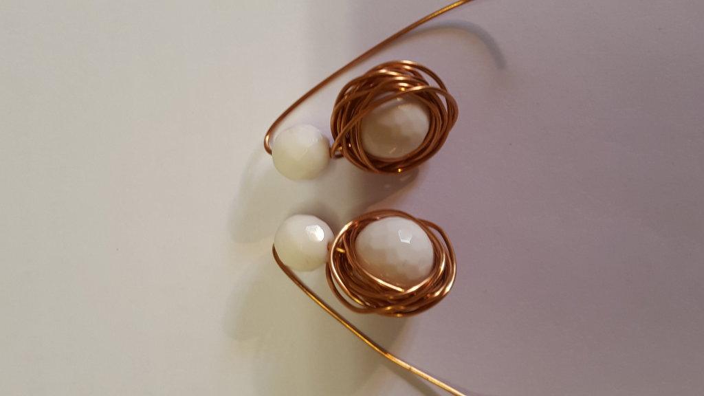 orecchini in filo di rame e pietra bianca