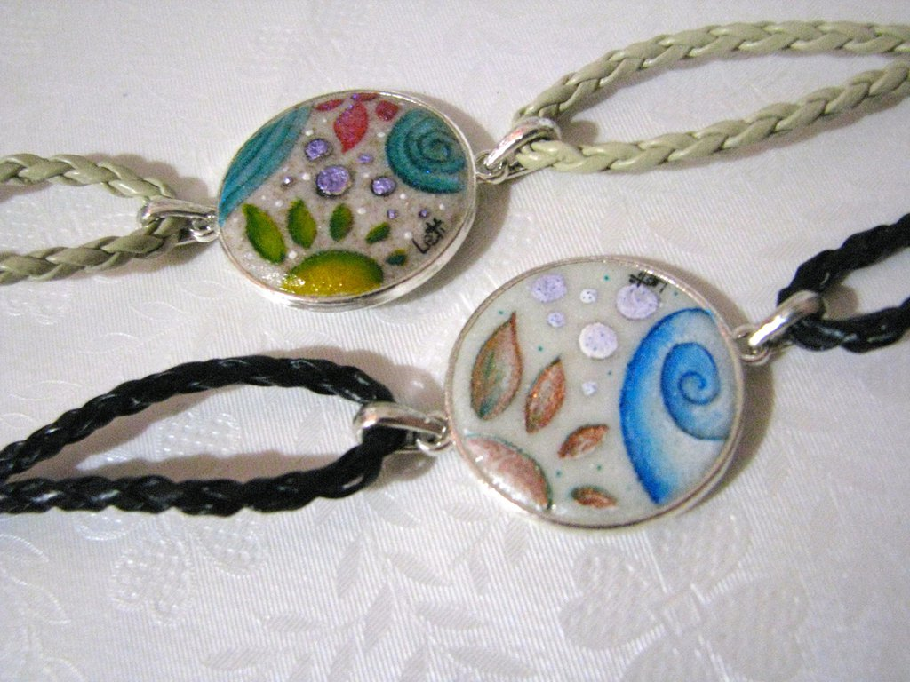 Bracciali handmade su base in sabbia e cuoio, dipinti a mano.