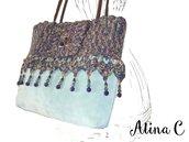 Amami Borsa a uncinetto multicolor con fondo in pelle scamosciata, decorazioni con perle di vetro viola e verde, pezzo unico fatto a mano