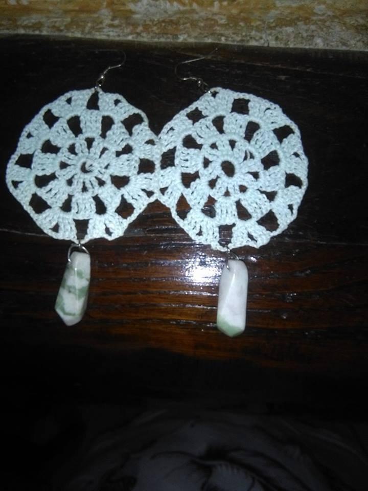 Orecchini bianchi all'uncinetto con pietre