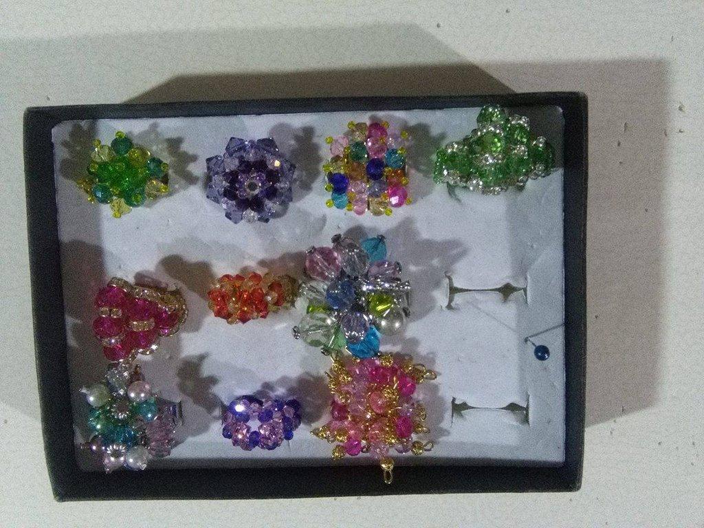 Anelli coloratissimi con varie pietre