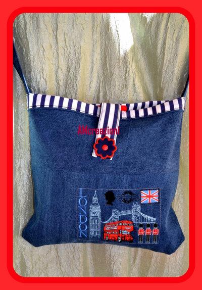 Borsa in tessuto Denim  (jeans) ricamata.