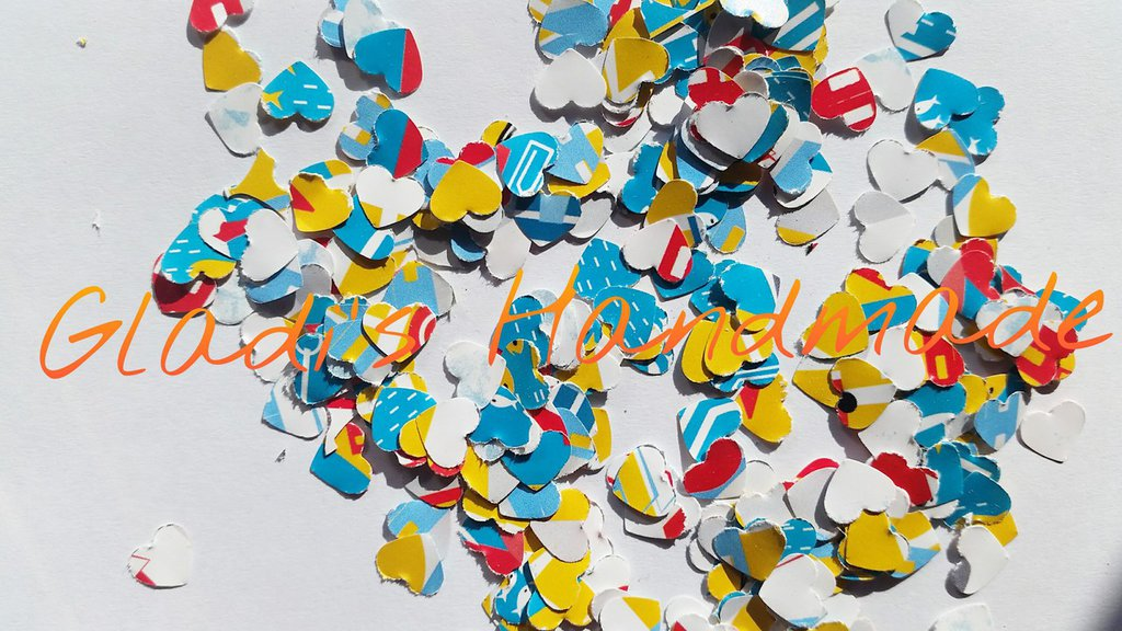 Coriandoli cuore colorati per scrapbooking