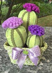 Composizione di tre cactus in feltro con fiori lilla e viola