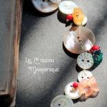 Collana lunga con bottoni e decorazioni vintage