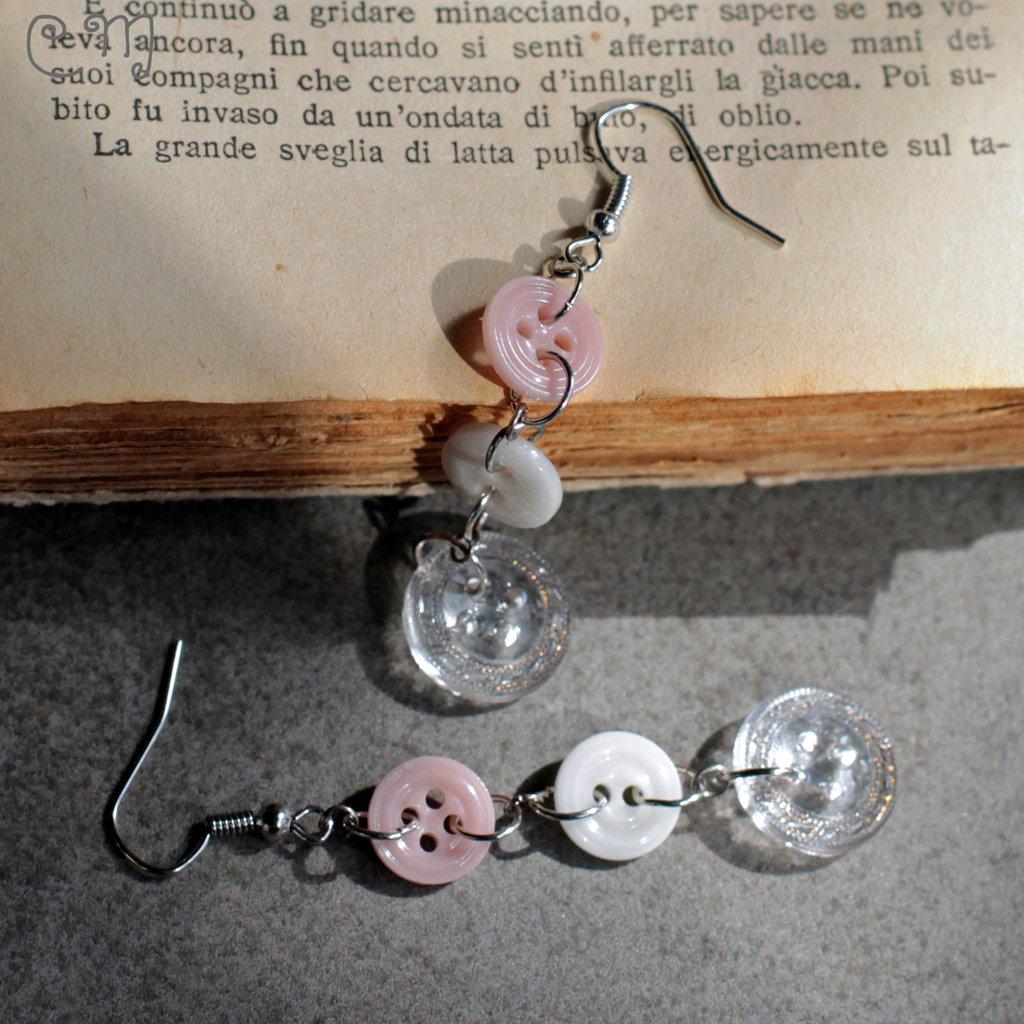 Orecchini pendenti con bottoni in vetro