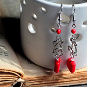 Orecchini pendenti con perle rosse