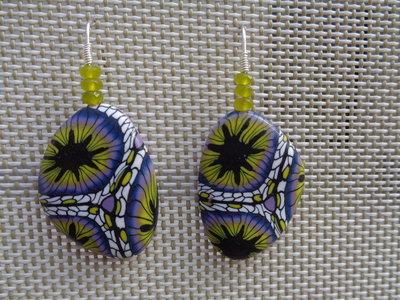 Orecchini pendenti in pasta polimerica sui toni del lilla-giallo
