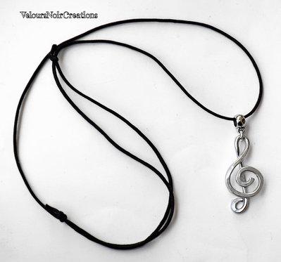 Collana wire chiave di violino in metallo martellato