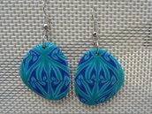 Orecchini pendenti in pasta polimerica sui toni del blu-verde-grigio