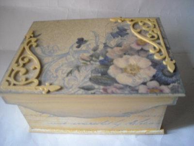 Scatola contenitore cofanetto portagioielli découpage fiori angolari traforati in legno