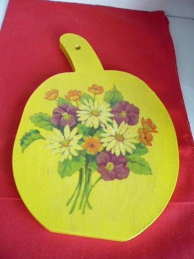 tagliere legno giallo con fiori