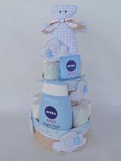 Torta di pannolini azzurra con nuvole e orsetti
