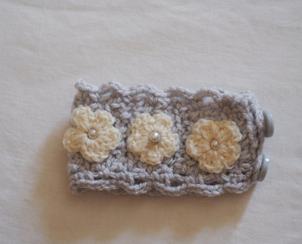 BRACCIALE grigio perla in maglia con smerli ed applicazione di margherite all'uncinetto e perle centrali.Polsino chiuso da bottoncini.Profumo di PRIMAVERA.Pasqua 2016