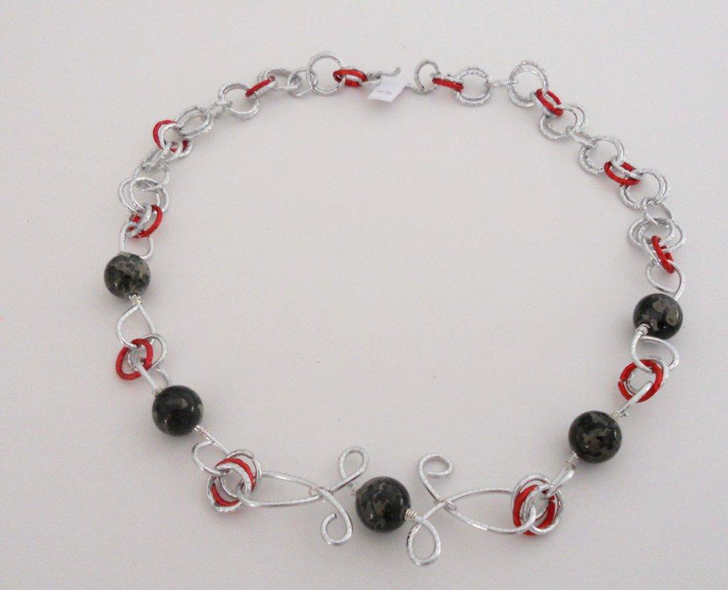 collana wire con perle nere