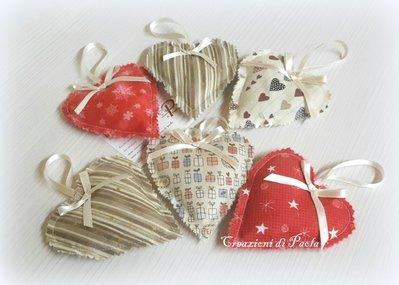 Cuori imbottiti con semi di lavanda con stoffe in tema natalizio