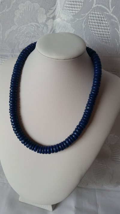 Collana girocollo fatta da tondini in legno blu