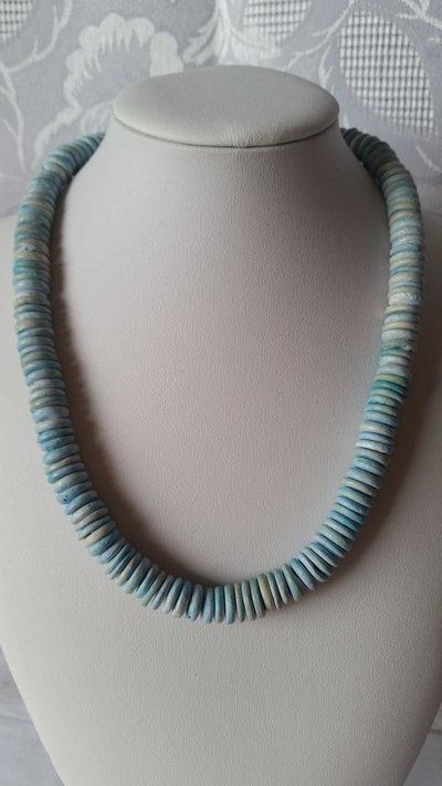 Collana girocollo fatta da tondini in legno celeste